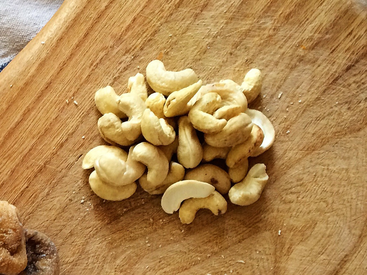 ¼ cup of cashew nuts